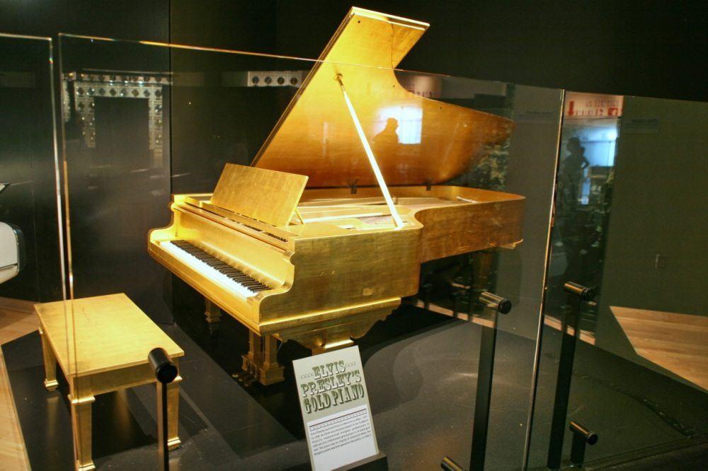 Elvis_Presley's_Gold_Piano,_CMHF