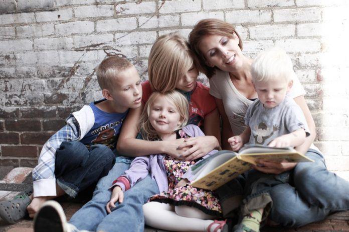 Mamele cu mai mulţi copii vor primi indemnizaţie viageră între 600 şi 1.000 lei